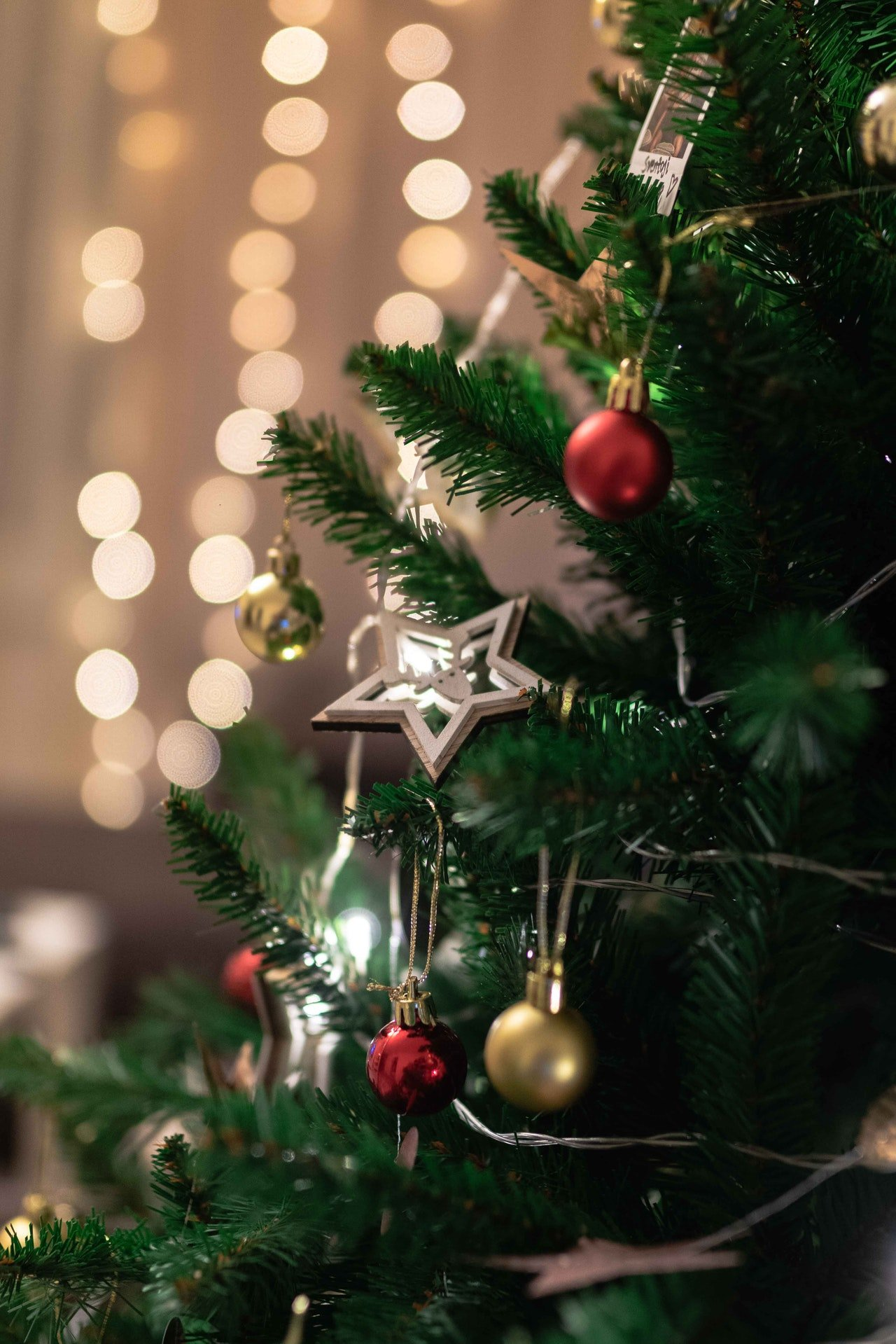 A christmas tree with decorations | Photo: Pexels