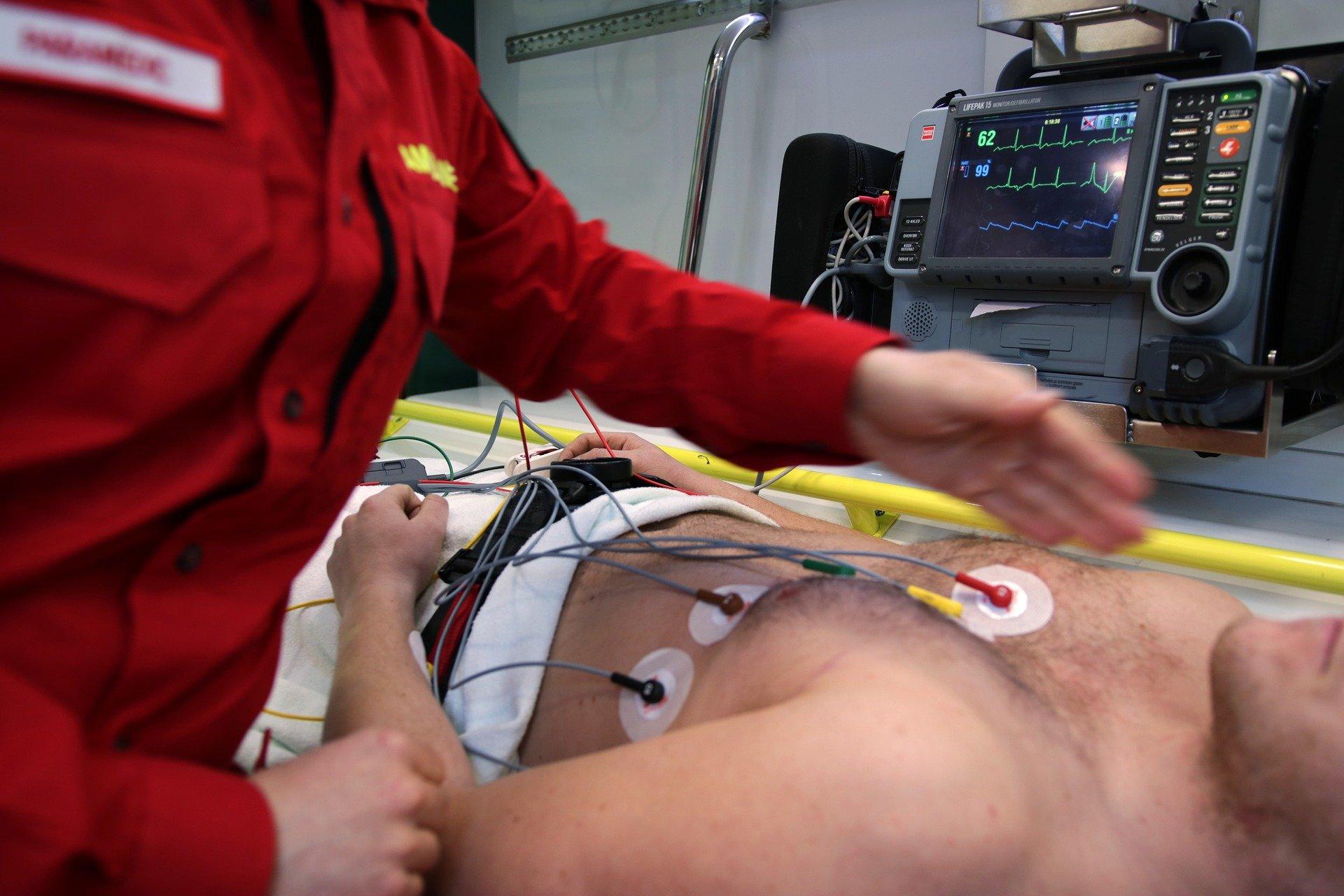 A paramedic helping a patient | Source: Pixabay.com