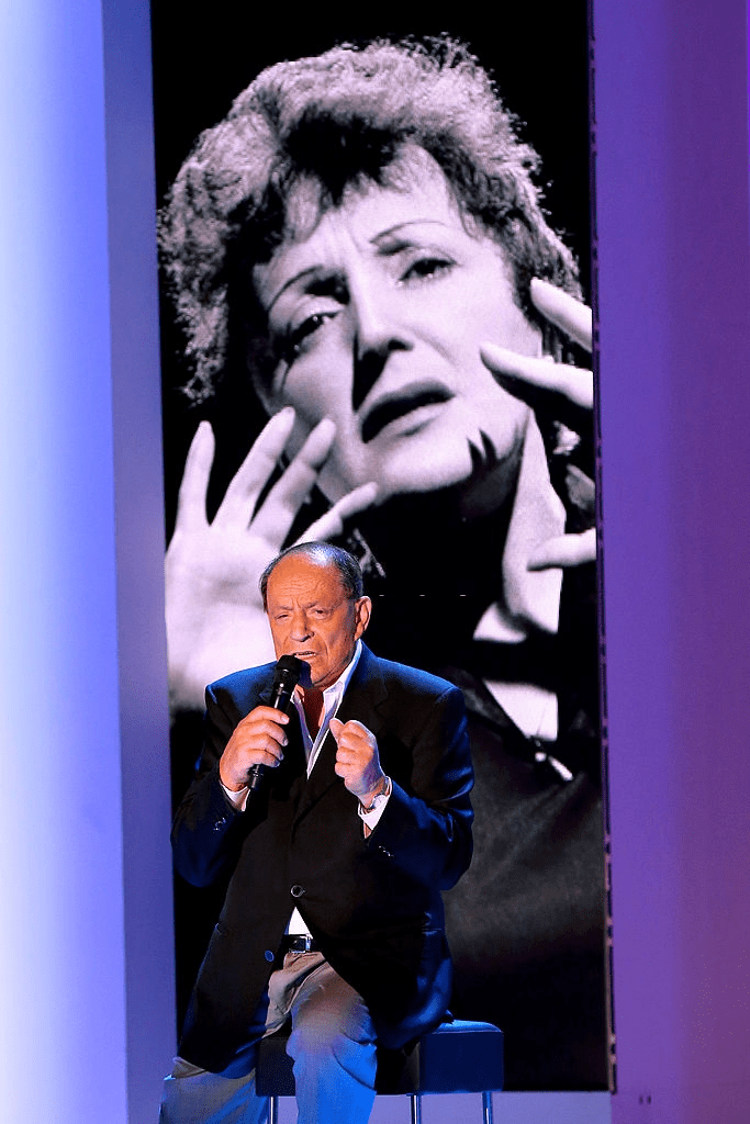 "PARIS, FRANCE - 30 OCTOBRE : Le chanteur Charles Dumont se produit à l'émission de télévision française ""Vivement Dimanche"" au Pavillon Gabriel le 30 octobre 2013 à Paris, France. 