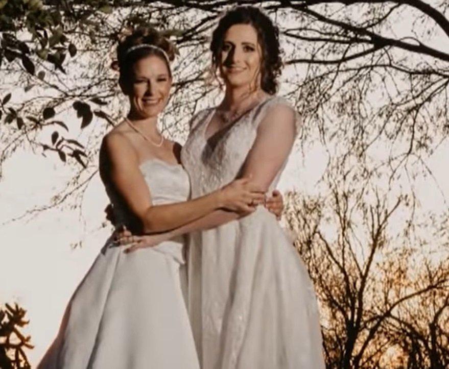 Laura y Samantha renovando sus votos. .| Imagen tomada de: YouTube/Daily Mail Tv