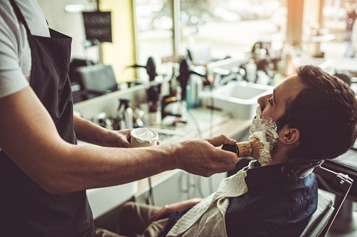 A man getting a clean shave from a barber / Photo: Getty Images