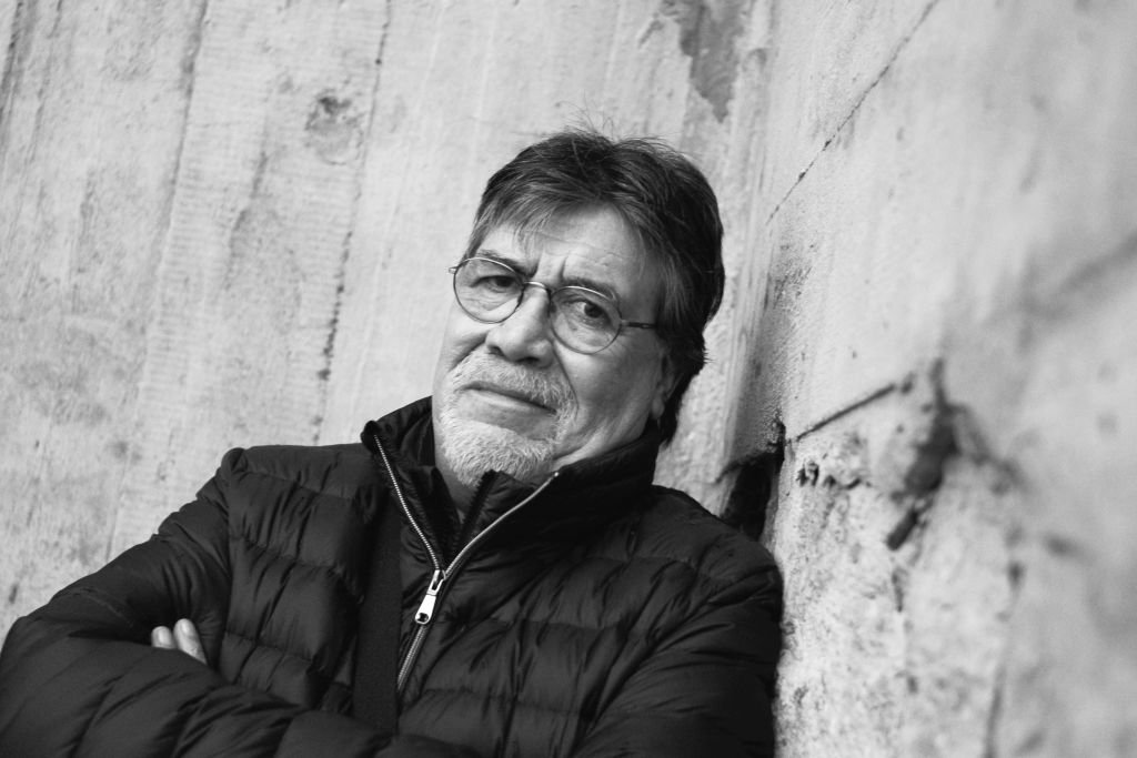 Portrait de Luis Sepulveda, auteur Chilien, aux 17e rencontres littéraires internationales de Saint Nazaire, 23 novembre 2019. | Photo : Getty Images