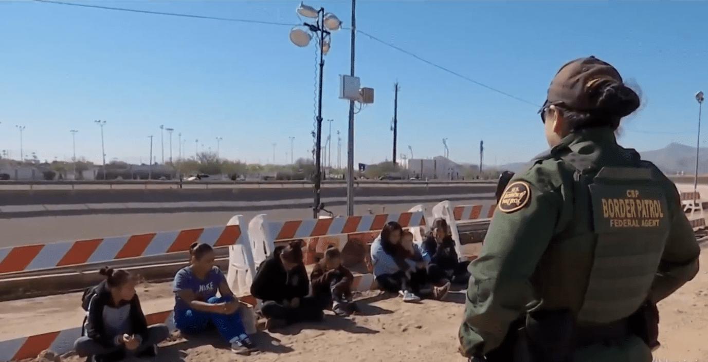 Screenshot del reportaje de Univisión sobre migrantes centroamericanos en la frontera con Estados Unidos. Fuente: Univisión
