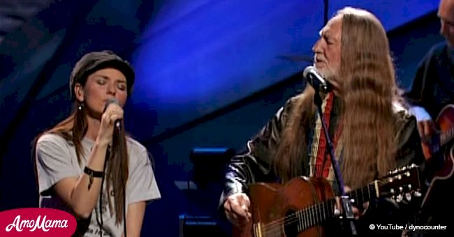 Young Shania Twain joins Willie Nelson on stage to perform iconic country song together