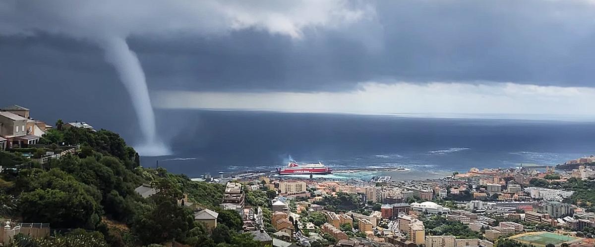 Une forte tempête fait peur aux habitants en Corse (vidéo)