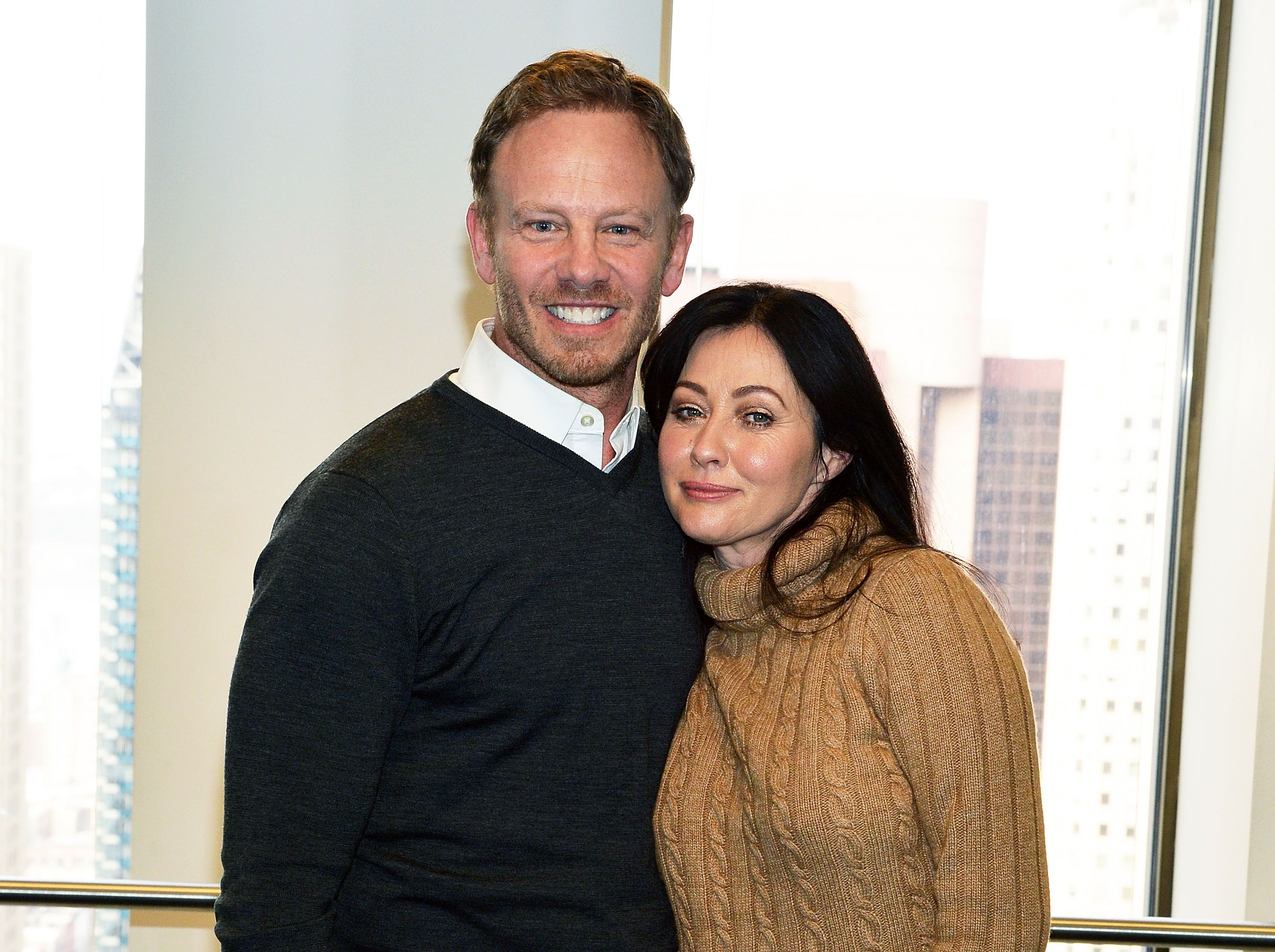 Actors Ian Ziering and Shannen Doherty at SiriusXM Studios on January 15, 2015 in New York City | Photo: Getty Images