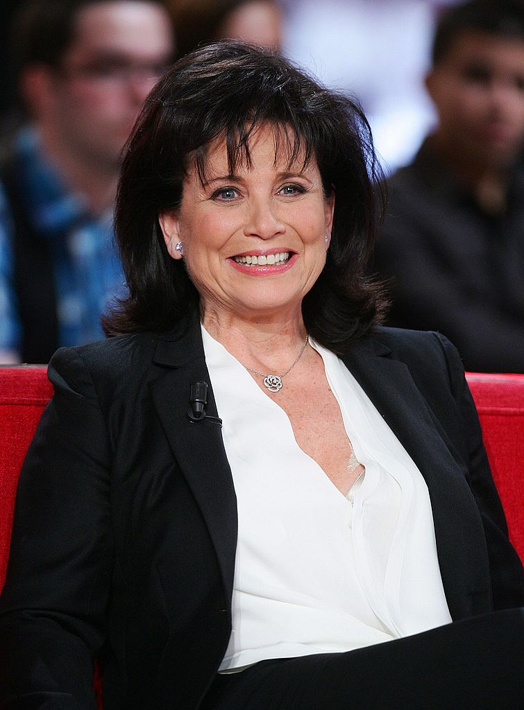 Anne Sinclair assiste à l'émission de télévision Vivement Dimanche le 21 mars 2012 à Paris, France. | Photo : Getty Images