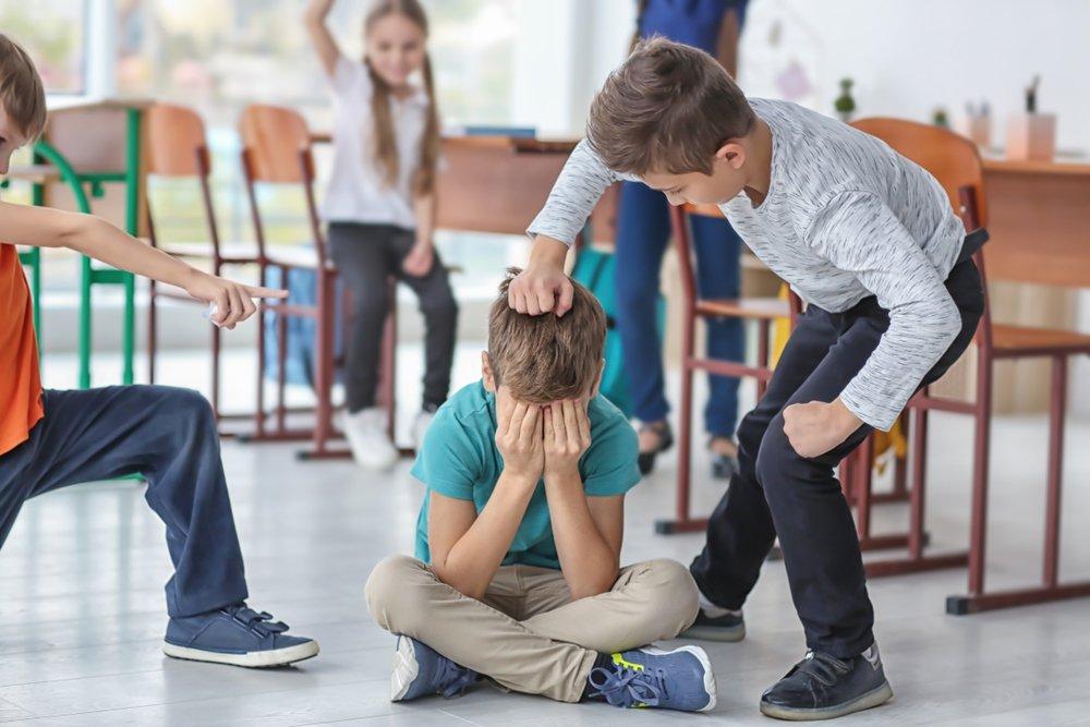 Un enfant harcelé par ses camarades de classe. | Photo : Shutterstock