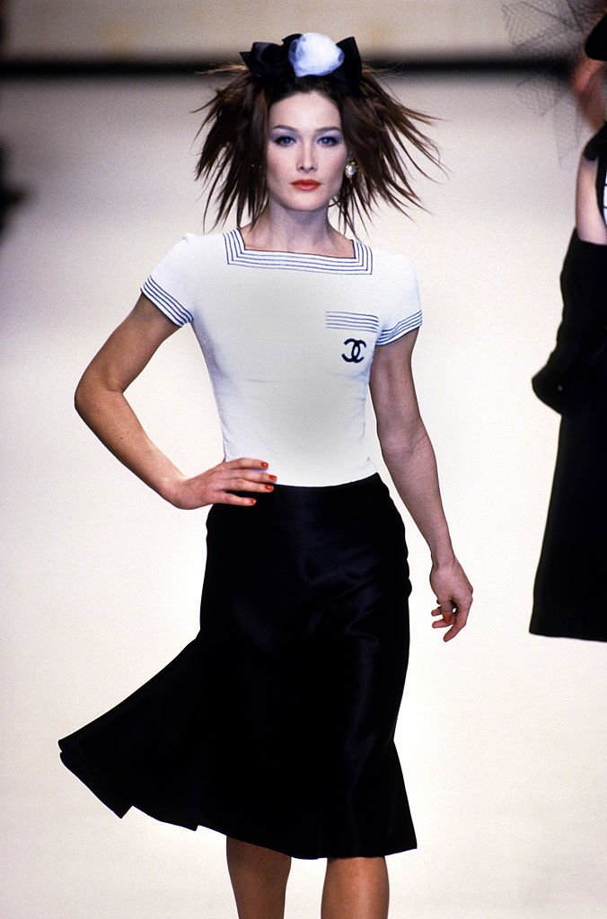 Carla Bruni lors d'un défilé en 1995. l Source : Getty Images