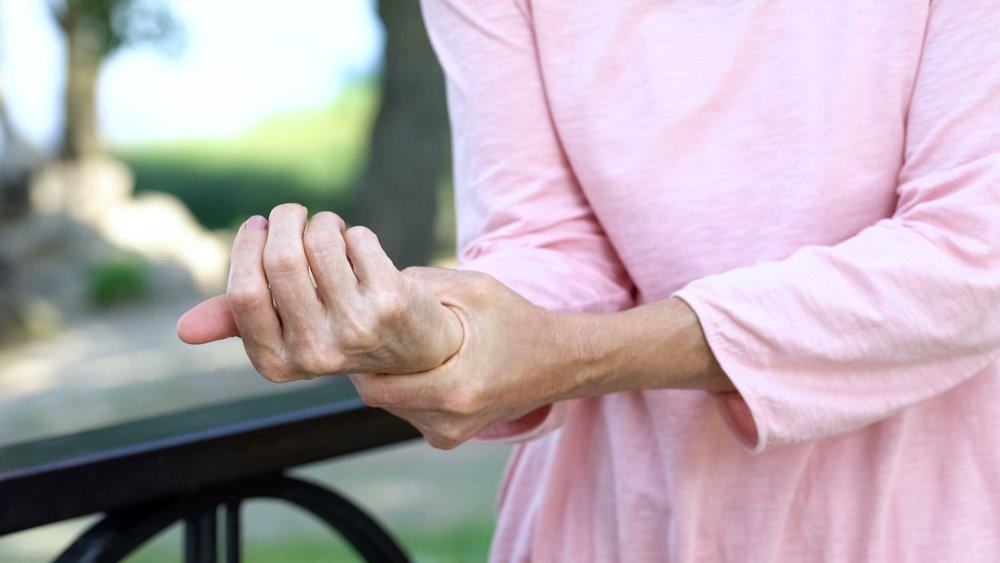 Une femme âgée avec une faiblesse musculaire. l Source: Shutterstock