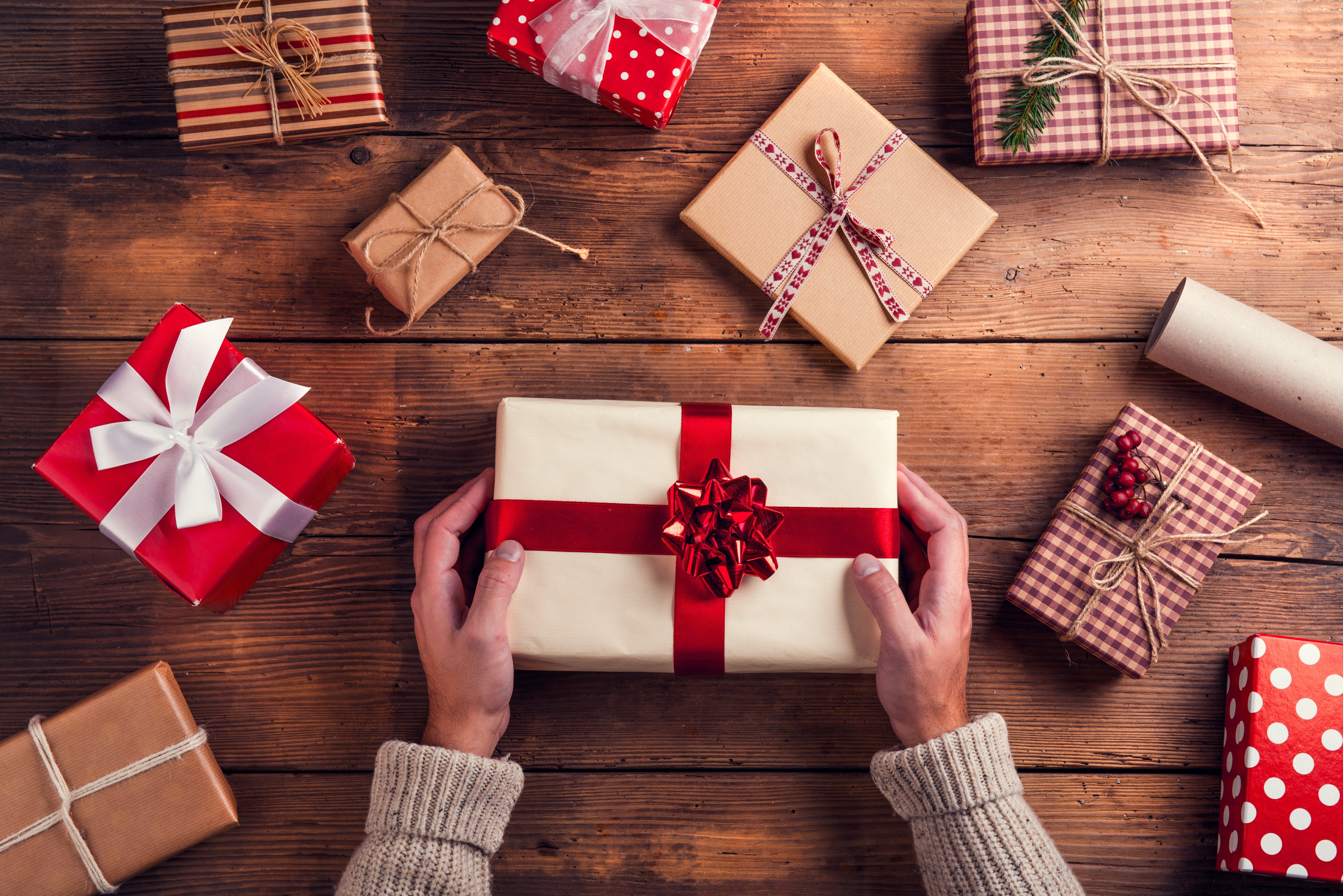 Man holding family's christmas presents   Photo: Shutterstock