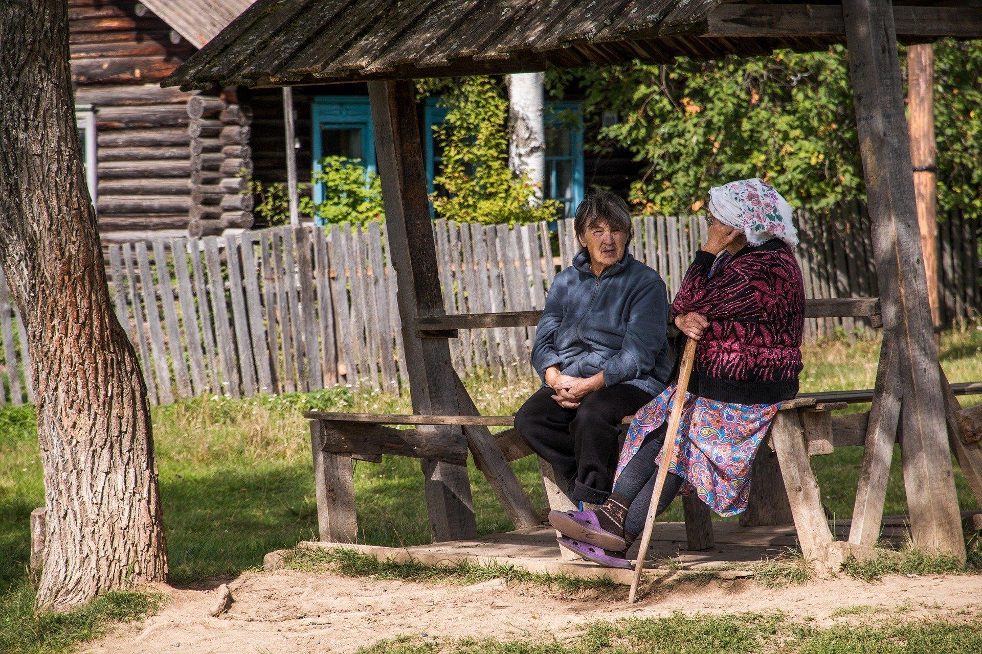 Dos ancianas sentadas en un banco. | Fuente: Anton Gorshunov / Pixabay