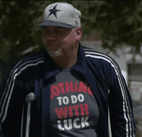 Vater auf Krücken | Quelle: YouTube/CBS Los Angeles