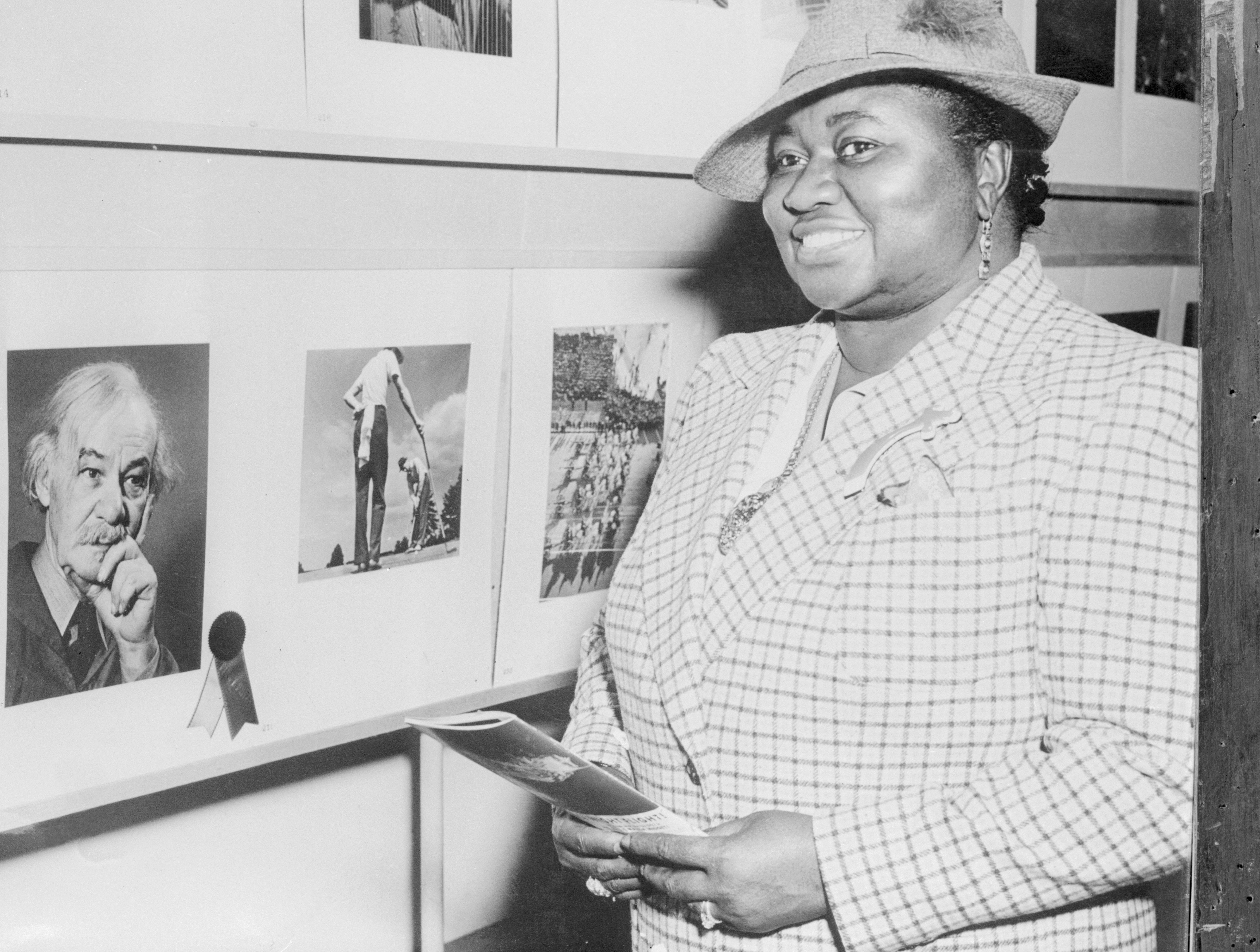 Hattie McDaniel Viewing a Photo Exhibit, April 02, 1941 | Photo: GettyImages