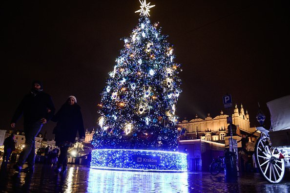 Picture of a giant Christmas tree at the Christmas market at the Main Square in Krakow. | Photo: Getty Images