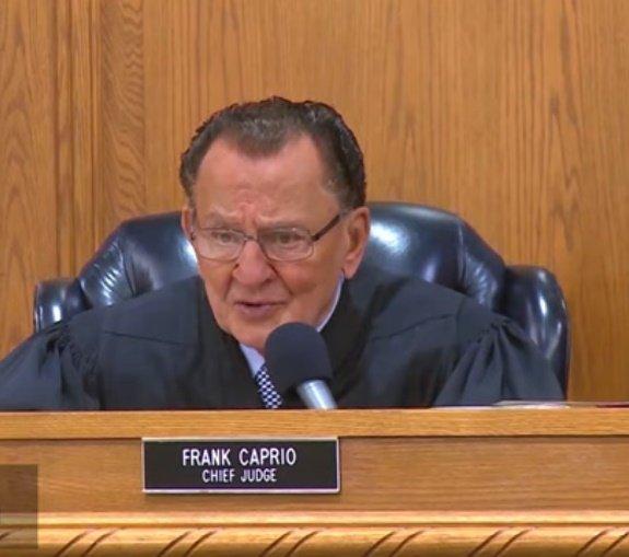 El juez principal Frank Caprio escucha la exposición del imputado. | Foto: YouTube/Caught In Providence