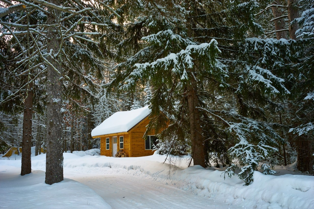 Photo of a snow cabin   Photo: Pexels