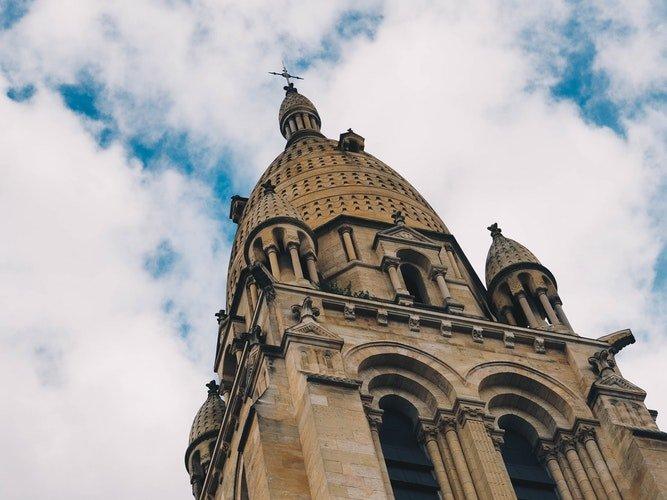 Une grande église vu d'en bas | Unsplash