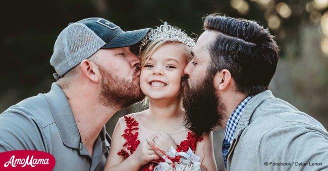 Tiernas fotos de una niña con sus dos maravillosos padres hace que su mensaje se vuelva viral