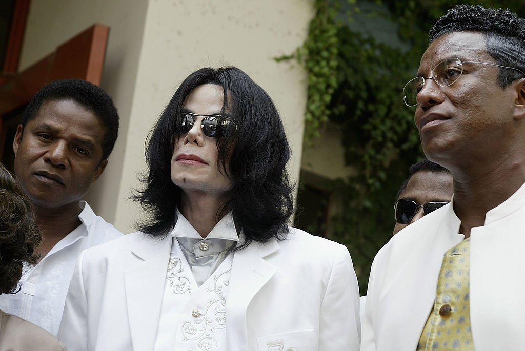 Michael Jackson is surrounded by brothers Jackie Jackson, (L), and Jermaine Jackson after court on September 17, 2004 in Santa Maria, California. | Photo: GettyImages