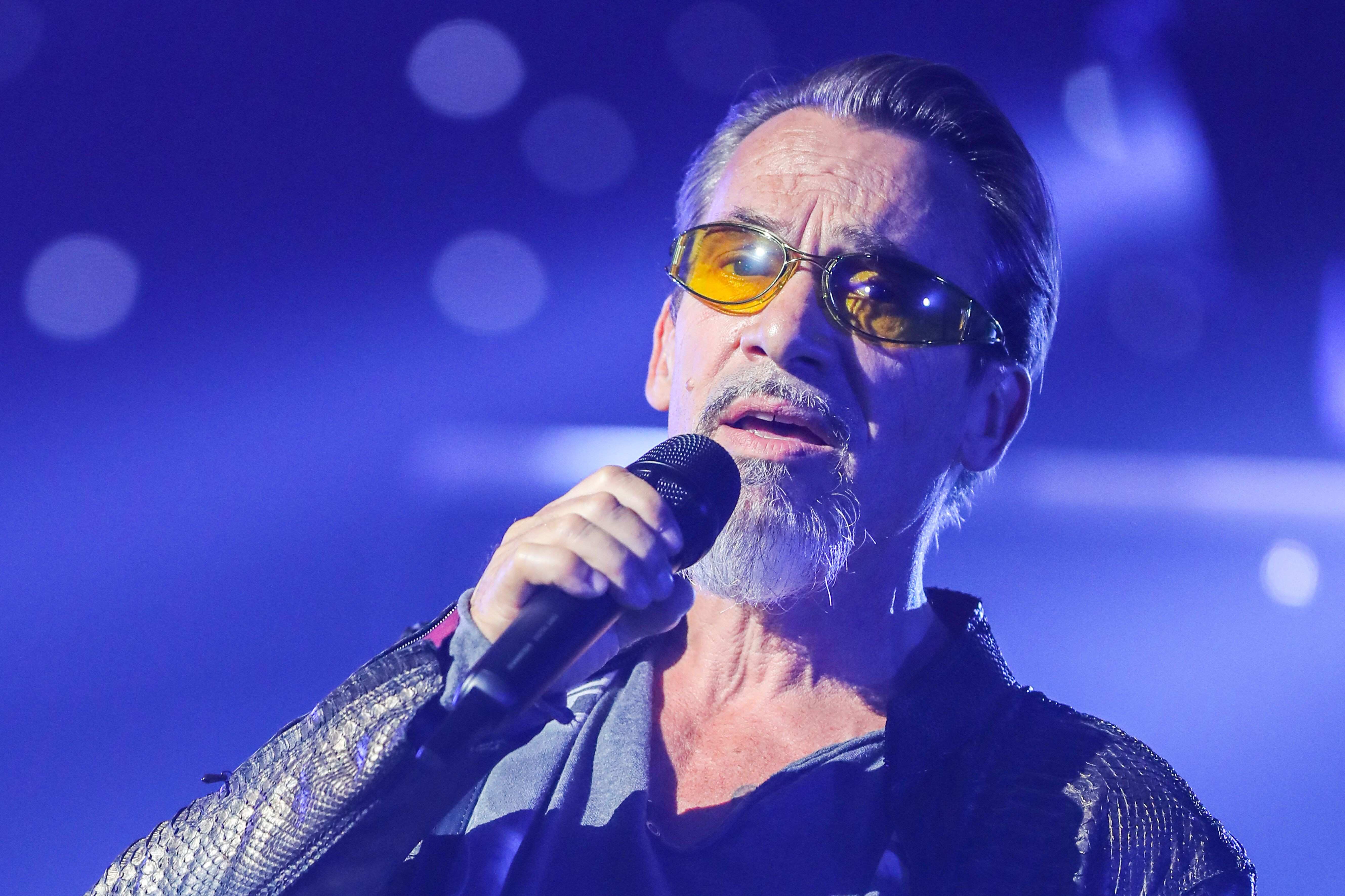 Florent Pagny, le micro à la main. l Source : Getty Images