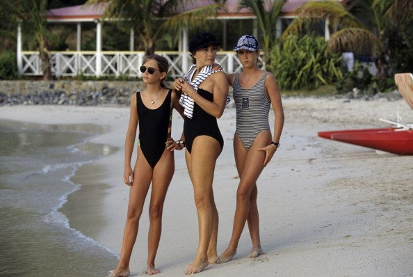 Jobert Marlene et ses jumeaux Eva et Joy en vacances dans les Antilles françaises. Marlène JOBERT, en maillot de bain sur la plage, pose entre ses jumelles Eva et Joy. | Photo : Getty Images
