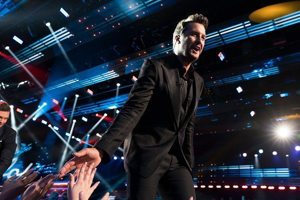 LUKE BRYAN on stage at the American Idol | Photo: Getty Images