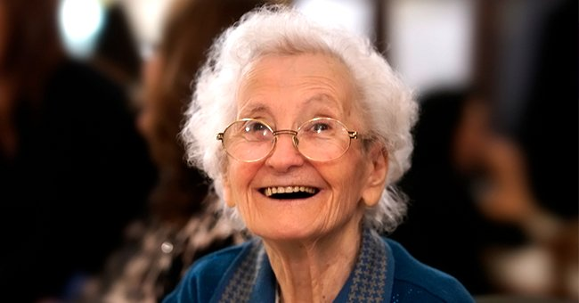 An old woman smiling | Photo: Shutterstock
