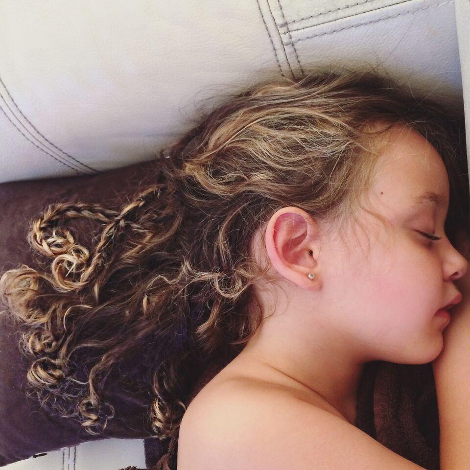 Une petite fille qui dort d'un sommeil profond | Photo : shutterstock
