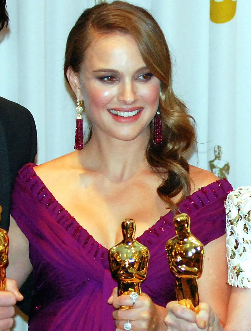 """Natalie Portman with the Best Actress Oscar she wone for her role in """"Black Swan""""