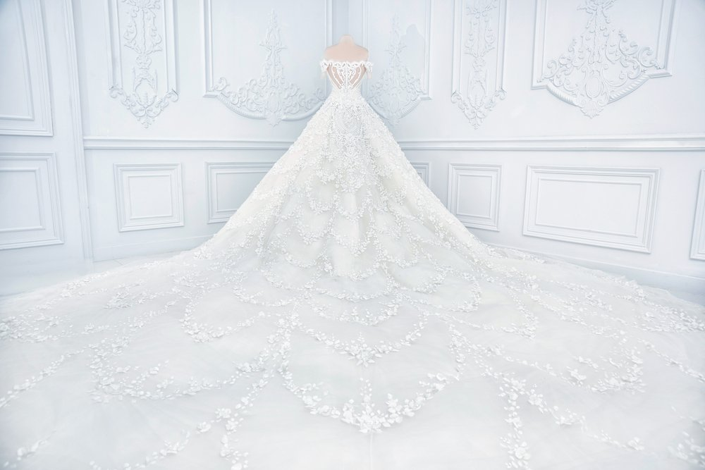 Amazing long wedding dress on a mannequin.| Photo: Shutterstock