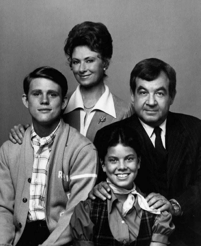"""Marion Ross, Tom Bosley, Ron Howard and Erin Moran, cast of """"Happy Days"""" on press photo, 1974 