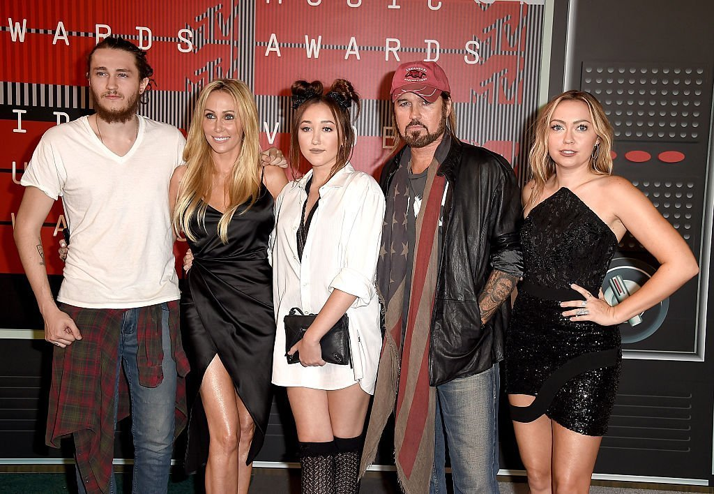 Braison Cyrus, Tish Cyrus, Noah Cyrus, Billy Ray Cyrus and  Brandi Glenn Cyrus at the 2015 MTV Video Music Awards on August 30, 2015 | Photo: GettyImages