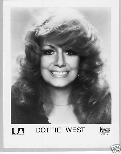 Dottie West in a promotional photo. I Image: Wikimedia Commons.