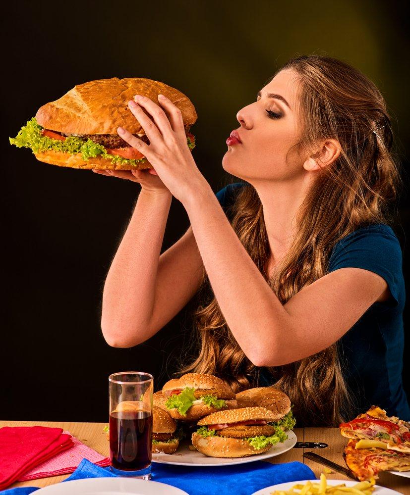 Une fille qui souffre de gloutonnerie. | Source : Shutterstock