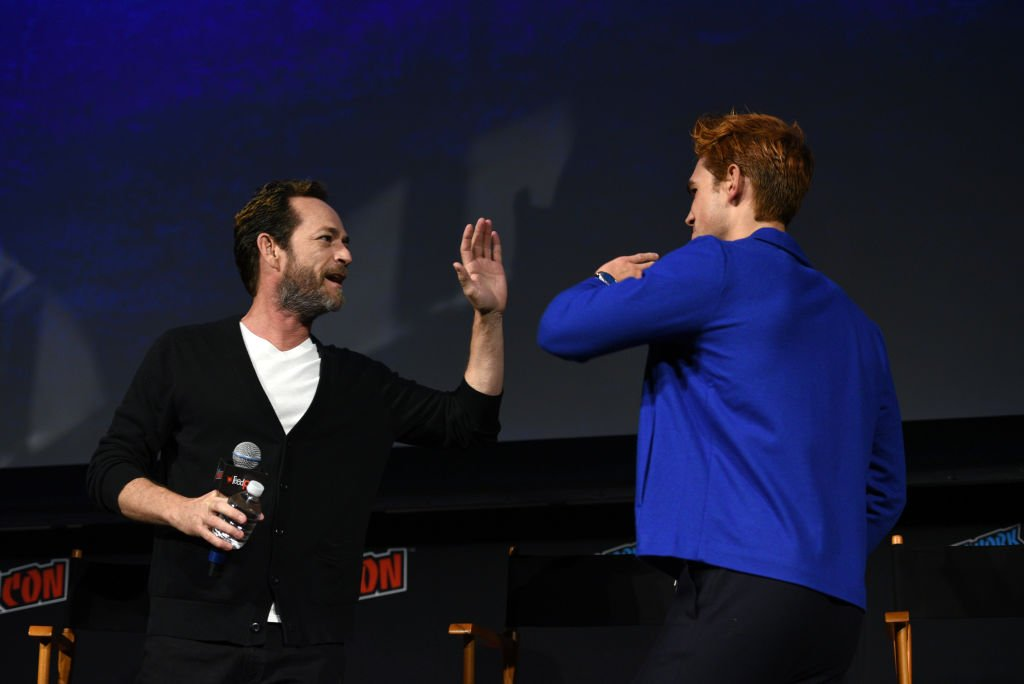 : Luke Perry and KJ Apa speak onstage at the Riverdale Sneak Peek and Q&A during New York Comic Con at The Hulu Theater at Madison Square Garden on October 7, 2018 | Photo: Getty Images