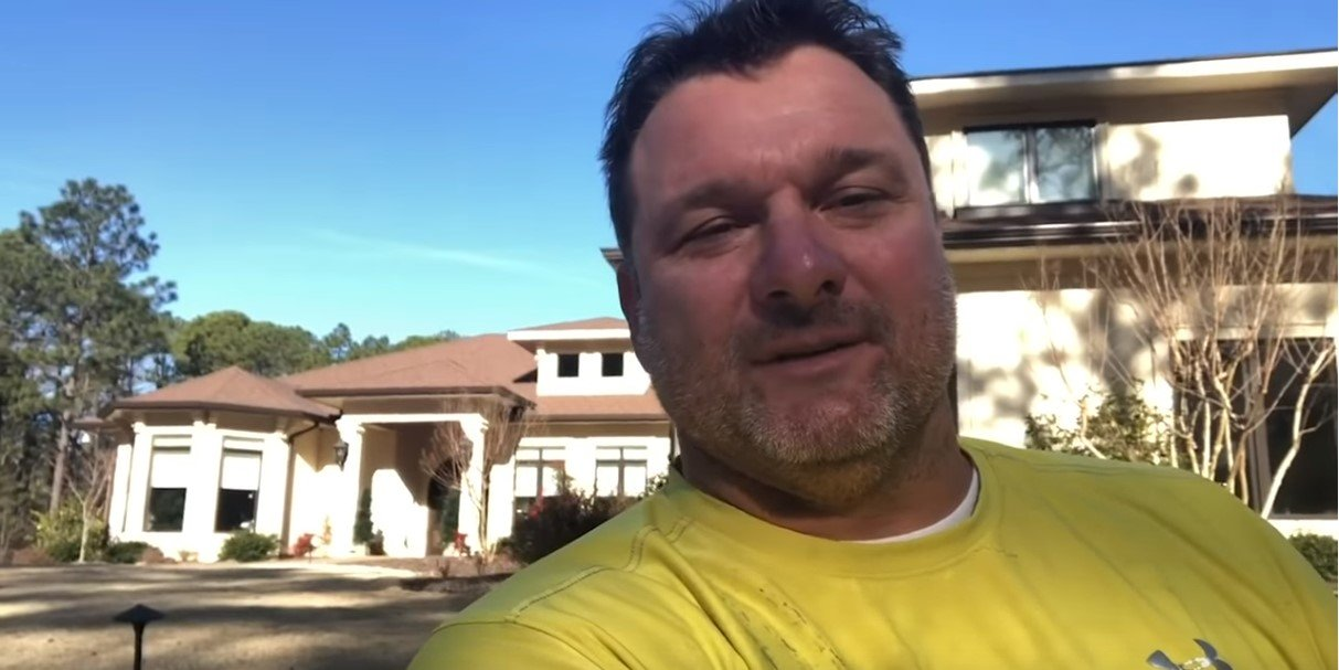 Veteran thanking Gary Sinise for helping his family get a lovely house. | Photo: YouTube/GarySiniseFoundation
