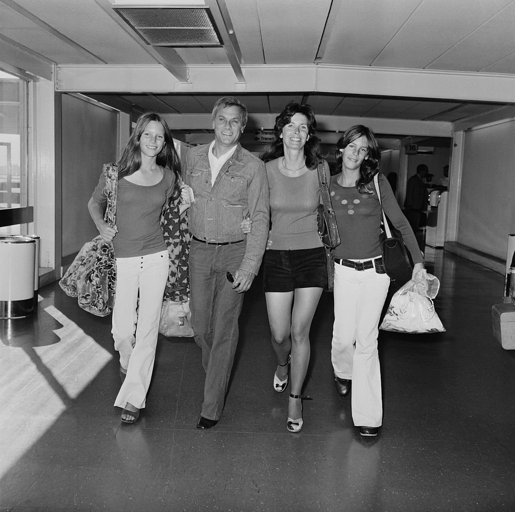 Tony Curtis with Leslie Allen and his daughters by Janet Leigh, Kelly and Jamie Lee at London Airport in 1971 | Source: Getty Images