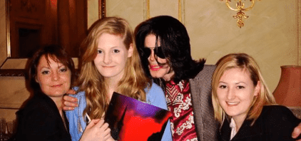Lucy Lester with her mother, sister, and Michael Jackson. | Source: YouTube/ Celebrity News Today