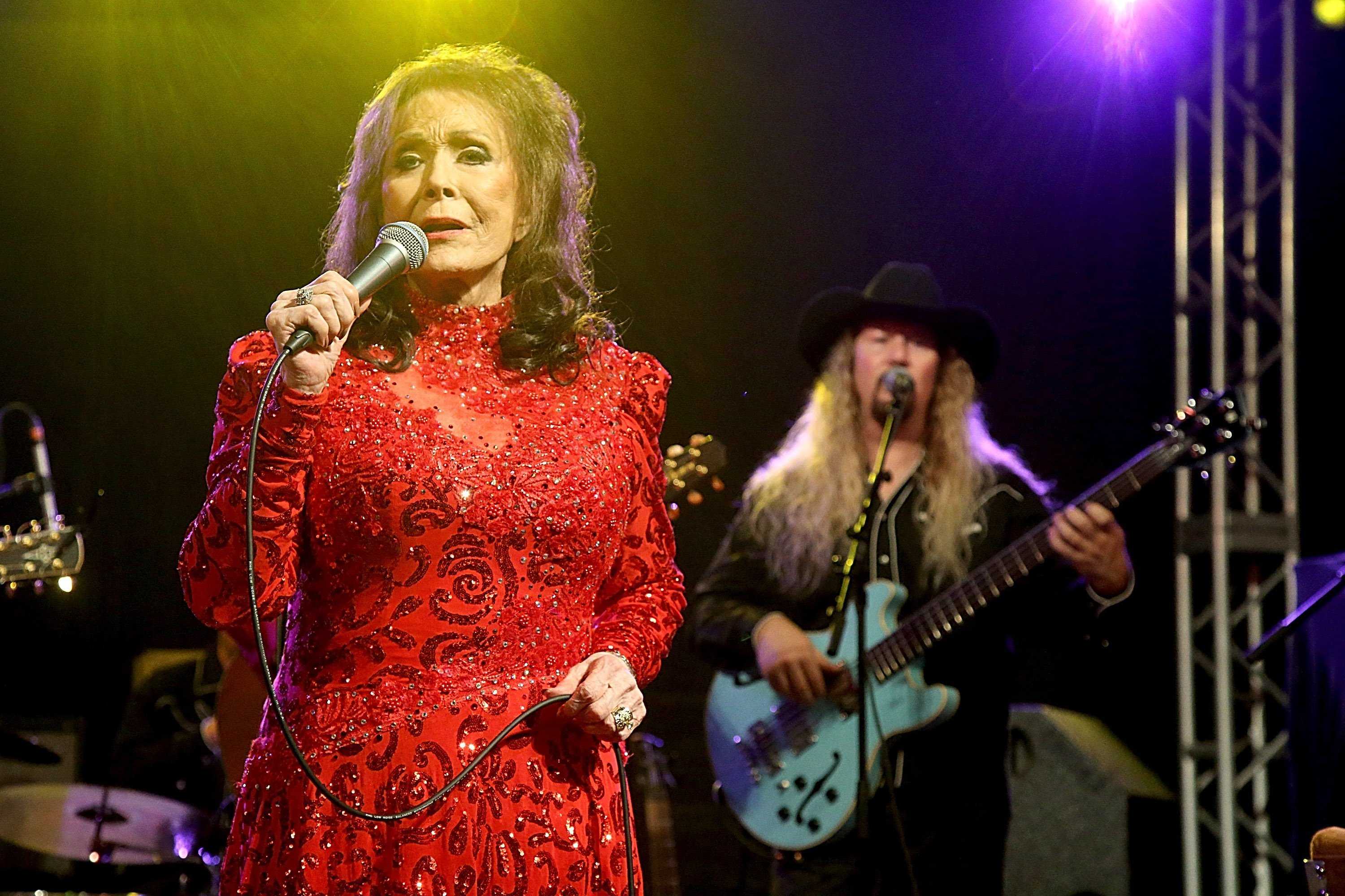 Loretta Lynn performs onsatge | Photo: Getty Images