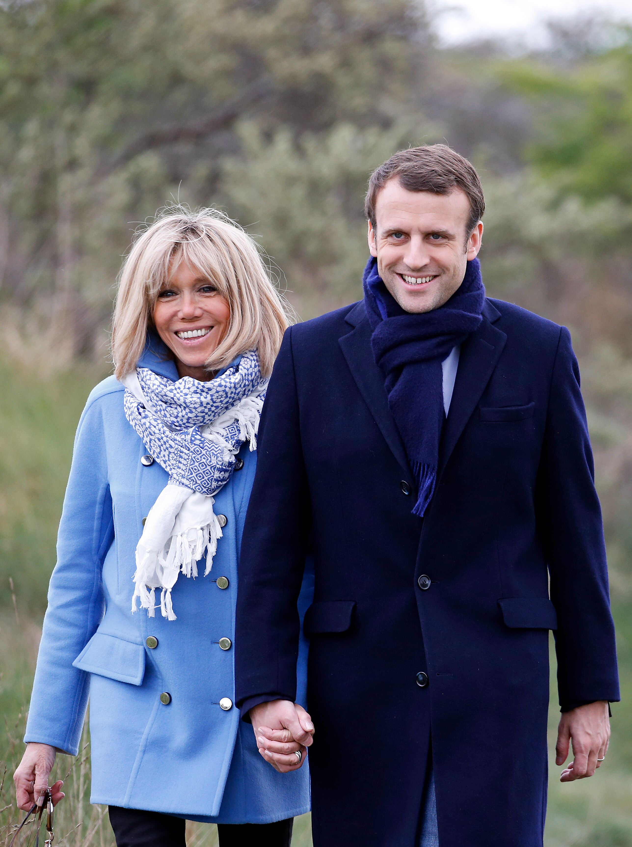 Emmanuel Macron accompagné de Brigitte Macron | Photo : Getty Images