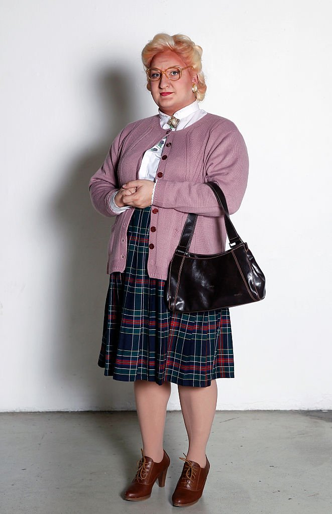 A visitor dressed costume of character Mrs Doubtfire poses during the Paris Comics Expo on November 22, 2014 | Getty Images / Global Images Ukraine