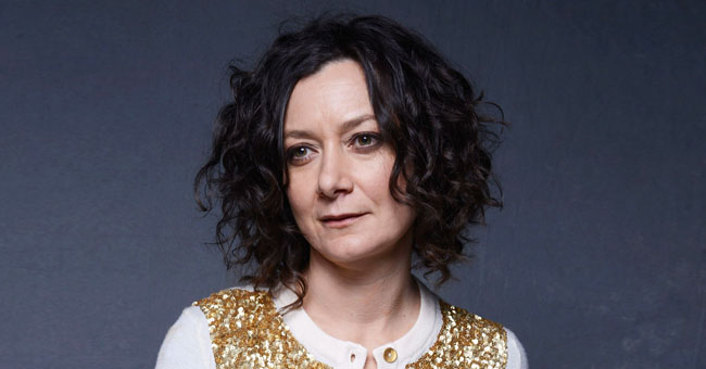 Here's Why Sara Gilbert Regretted Cutting Her Late Father Off Financially