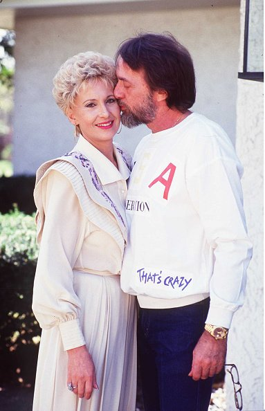 Tammy Wynette at her home with George Richey on April 7, 1982 in the garden of her home, Nashville, Tennessee. | Photo: Getty Images