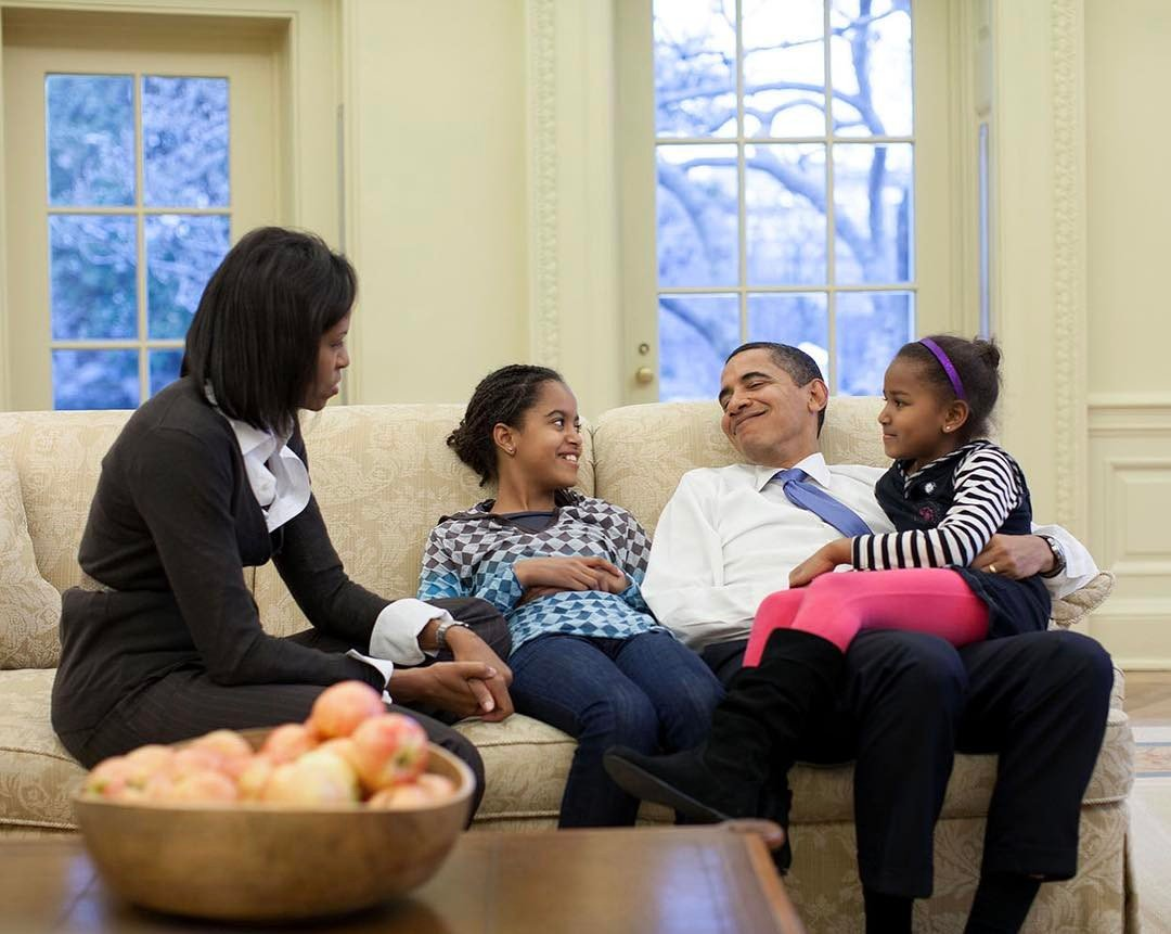 Barack and Michelle Obama with their daughter Malia and Sasha in The White House l Source: Instagram l Pete Souza 44