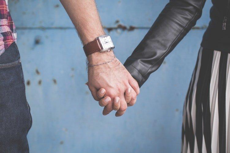 Deux personnes qui se tiennent la main | Photo : Pixabay