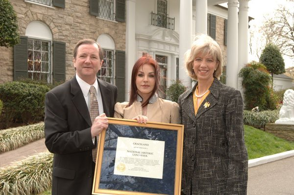 Priscilla Presley in 2006, when Graceland mansion was designated as a National Historic Landmark | Source: Wikimedia
