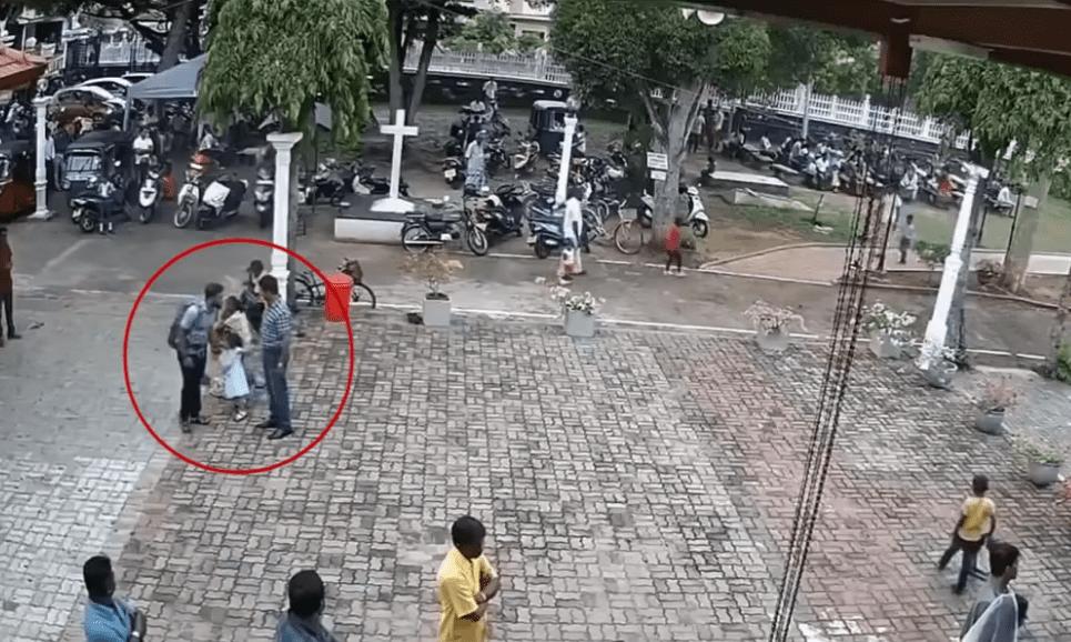 Le bombardier présumé des attentats touchela tête d'une petite fille devant le temple de San Sebastian à Negombo, au Sri Lanka Image.| Source : Hindustan Times/YouTube