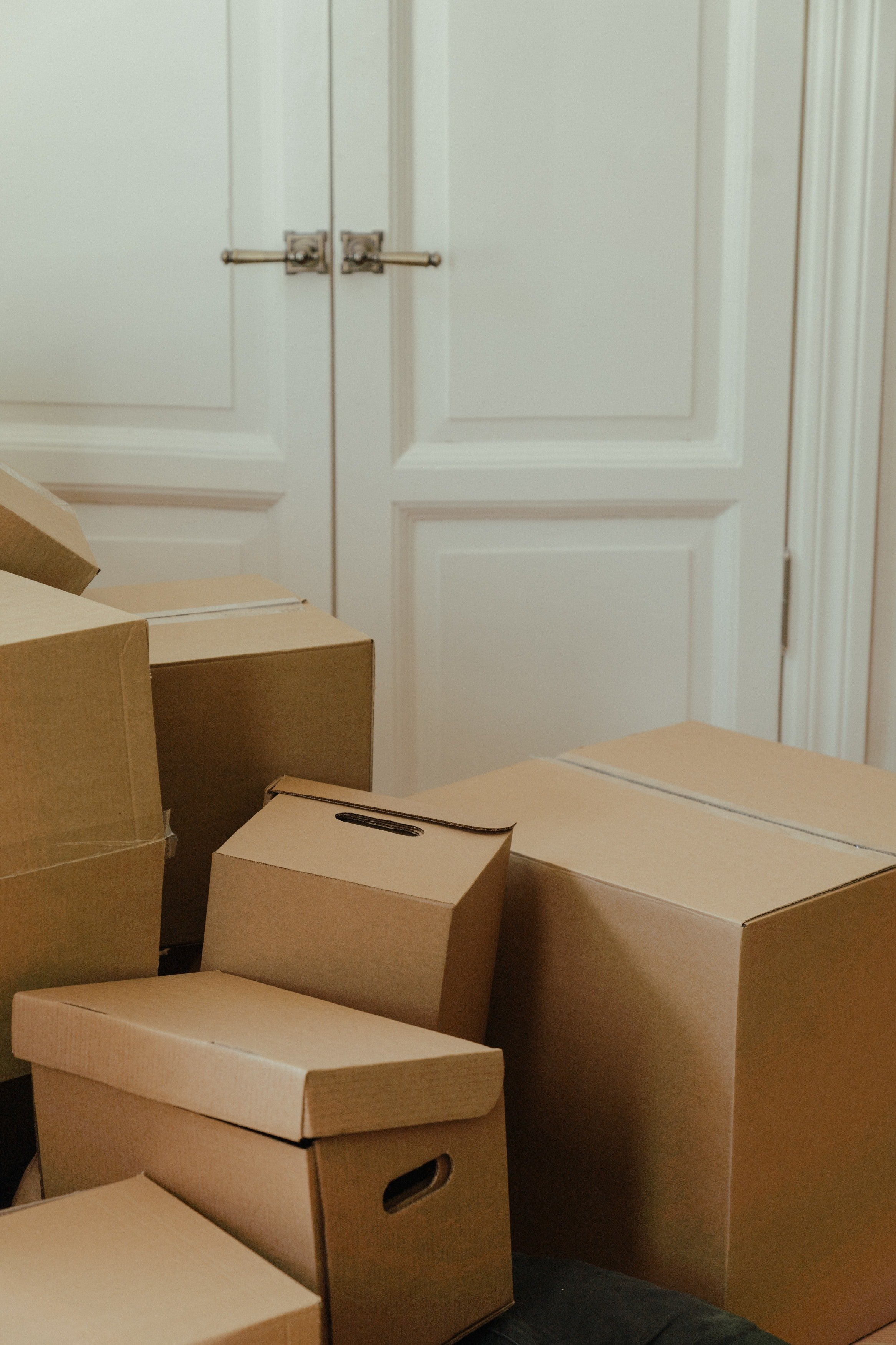 Empty boxes in a room. | Photo: Pexels