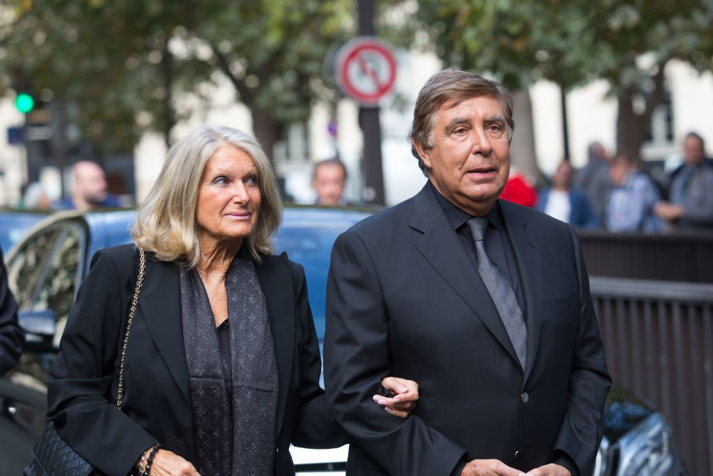 Jean Pierre Foucault et son épouse Evelyne Jarre assistent aux funérailles de Mireille Darc à l'Eglise Saint Sulpice le 1er septembre 2017 à Paris. | Photo : Getty Images